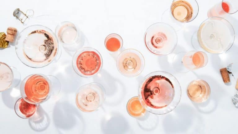 vino rosado palido en copas